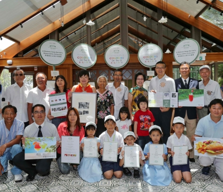A group photo with Madame Hung Wai-lan and representatives of HCF and the participating units of the photo exhibition